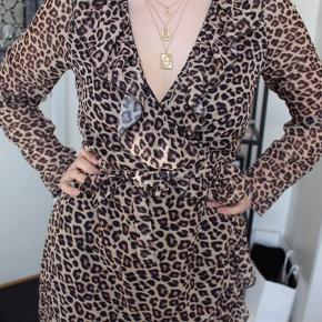Slå om kjole fra Trendday med leopard mønster