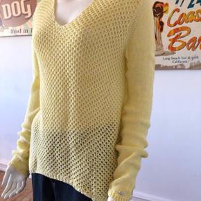 Smuk sweater fra Tommy Hilfiger. Brugt lidt. Fejler intet.  Str large.  Byttes ikke