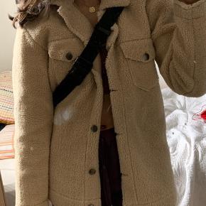 Teddy jakke størrelse 32/xs Købt i Primark i London sidste sommer (Tasken kan også købes i min shop:)