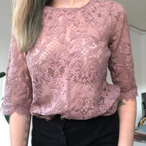 Fin blondetrøje med ¾ ærmer.