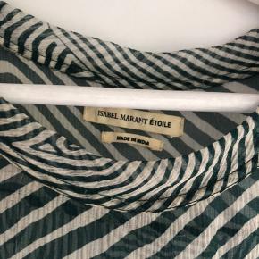 Super fin Isabel Marant skjorte i grønt og hvidt print og meget fint, tyndt stof.   Skjorten er 4 år gammel, men stadig i rigtig god stand. Størrelse: 34. (fransk størrelse, så svarer til 36). Nypris: 2100 kr.