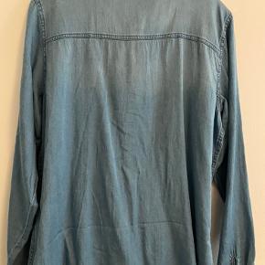 Fed denim skjorte fra vila sælges helt ny med tag  Str xl  Blød og lækker kvalitet med trykknapper