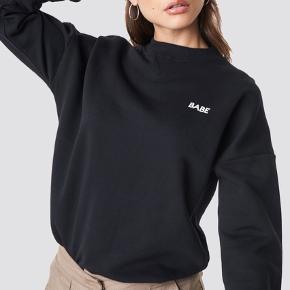 """Na-dk sweater med skriften """"babe"""" Str S Fejler intet, brugt få gange 120 inkl fragt med Dao"""