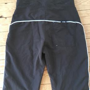 Mega fede bukser fra Kappa med striber langs siden og bagpå  De har et 3/4 fit På det sidste billed ser de brune ud, men de er altså sorte
