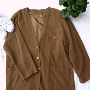 *Send mig en besked, hvis du ønsker at købe flere varer, så laver jeg én samlet handel, så du sparer porto*.  Smuk silkejakke/blazer. Mærke ukendt. Størrelsen er en 40, men som det fremgår af målene, er den stor i størrelsen.  Brystmål ca. 2x60 Længde fra skulderen og ned ca. 77  Materiale: 100% silke For: 100% polyester  Jeg tager desværre ikke billeder med tøjet på.