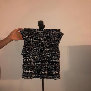 Mønstret nederdel fra Neo Noir. Nederdelen er brugt en del men er i fin stand. Sælges da den er for lille. Ny pris 300kr.