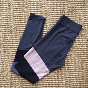 Fine tights fra HM i str. S. Fejler ingenting (udover de trykte mærker er slidt).