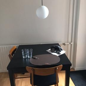 Jeg mener bordet hedde bjursta, og er fra ikea, det måler 90*90 og har to tillægsplader på ca. 40 cm stk. Genial til det lille køkken og giver samtidig mulighed for at have gæster til spisning.  Kan afhentes d. 12.12 efter kl. 12:30.