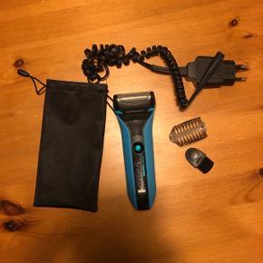 Braun waterFlex wet&dry Ca 1 år gammel, men ikke brugt særlig meget da jeg købte en skægtrimmer i stedet. Dog virkelig god barbermaskine.  Medfølger: Lille pose, oplader og lille børste.