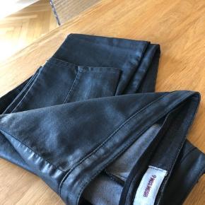 Flotte leggings, men lidt for lave i taljen til mig. Størrelsen virker noget forkert. . Jeg bruger altid str 40 i andre bukser fra Mos Mosh. Der står XL i bukserne men det kan ikke være mere end L.
