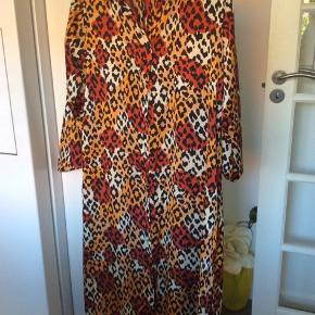 Super flot lang kjole  100%polyester Knapper hele vejen ned og med bælte Str. M Med slidser i siden ca. 20 cm.