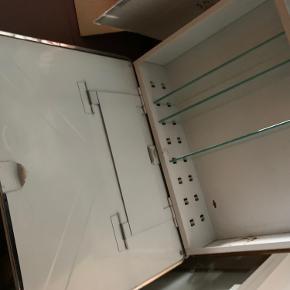 RETRO medicinskab med spejl i industriel design fra 1960'erne   450kr   Skabet er i Randers men kører meget, så måske kan det leveres   Til salg på flere sider