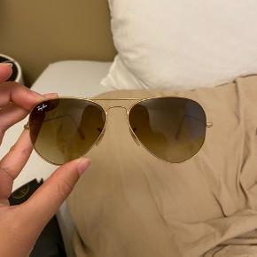 """Super fine solbriller fra Ray Ban - de er brugt, men fungerer som de skal - sidste billede viser standen (den ene stang er lidt """"stram"""", men tænker bare det er skruen der skal smøres eller løsnes) 🙂"""