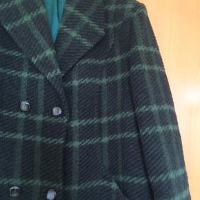 Super flot mørkegrøn vintage - retro frakke i uld str 42. Frakken er i rigtig god stand. Ingen fnuller eller andet. Sælges kun, da jeg ikke får den brugt.