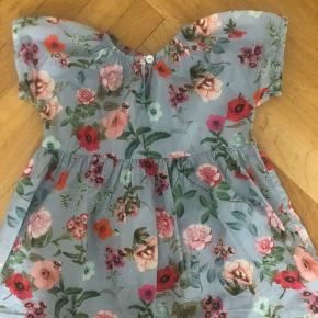 Sød blomstret kjole fra Christina Rohde. Brugt få gange og fejler intet. Str. 24 måneder.   Kan sendes hvis køber betaler porto.