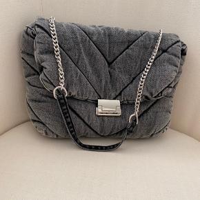 Den populære zara taske i grå denim, brugt en enkel gang, men får uundgåelige brugsspor på sølvsdelen der åbner tasken. Ingen fejl eller lign.  Passer til ethvert outfit, og så kan du have meget i den.💖