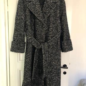 Flot frakke i lækker kvalitet. Kun brugt få gange. Ca. 120 cm lang.  Lukkes med en enkelt knap og bindebånd. Har to stiklommer.   Bytter ikke!