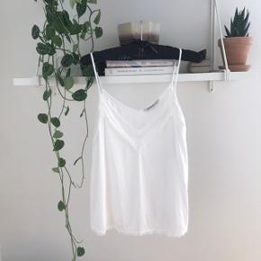 Hvid top / stropbluse / cami fra Stradivarius. Brugt et par gange. Ingen pletter og lign.