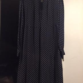 Meget velholdt kjole fra Noa Noa. Mørkeblå med prikker. Skønneste Noa Noa stil. Velholdt.