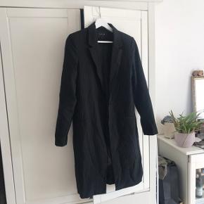 Fin jakke/blazer fra vila. Perfekt til forår og sommer  Pris: 150 pp. Kan afhentes i Vanløse eller sendes med dao på købers regning.   Tjek mine andre annoncer ud🛍
