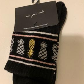 Sorte sokker med ananas kant fra UO i str. One Size. Materiale bomuldsmix - se billede. (Porto r 10, såfremt brevpost)