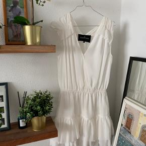 Super fin hvid kjole fra designers remix. Den er aldrig brugt, og derfor i rigtig god stand! Mp 250kr🤍