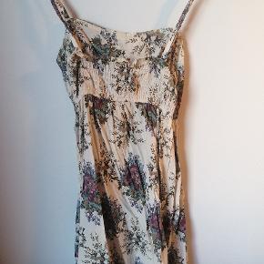 Fin kjole, der passer str small. Har klippet mærket af og kan ikke huske mærke