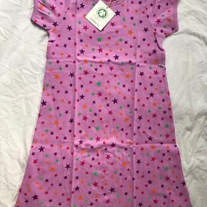 Skøn ny Kortærmet natkjole med stjerner, som min datter ikke fik brugt (havde den også i mindre str). Stadig med mærke og i indpakning. Str 128.   Mp 135pp