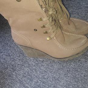 Str 41 Brune støvler med plateu hæl. Kan bruges som halv lange støvler eller foret kan bukkes ned og sættes fast til knapper.