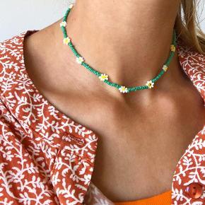 Daisy perle halskæde🌸  Grønne perler - hvide og lysegule blomster  Mål: 32-35 cm Lås: forgyldt Sterling sølv (lidt misfarvet) 💌💵Prisen er inkl Porto med postnord   ⭐️ Mængderabat: 10kr rabat på hvert ekstra smykke som du køber⭐️