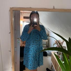 Fin kjole fra Moss Copenhagen. Kjolen er brugt et få par gange. Kjolen trænger til en strygning/dampning og så er den så god som ny.