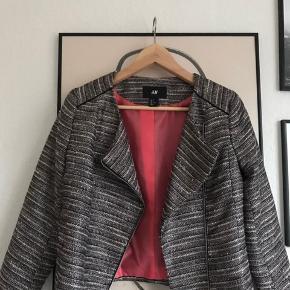 Smuk kort jakke fra H&M m. glitter effekt.   Str. 36 og kan bruges både åben eller lukket. Gør sig godt ud over en kjole eller andet.