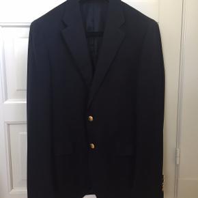 Rigtig klassisk Polo Ralph Lauren i fin klassisk mørkeblå uld med fine 'guld' knapper. Jakken er næsten ikke brugt, da størrelse ikke længere er rigtig.