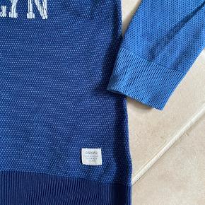 """Super lækker sweatshirt fra H&M, str. 152.  Farven er så flot og frisk - især her om vinteren.   Lidt mørkere for og bag, lidt lysere ærmer.  Printet er købt en smule """"krakeleret""""... det er ikke på vej væk eller noget.   Stoffet er lidt """"vaflet"""" i det.  Meget fin bluse til en rigtig god pris.  Mp: 39,-  Se også mine andre annoncer."""