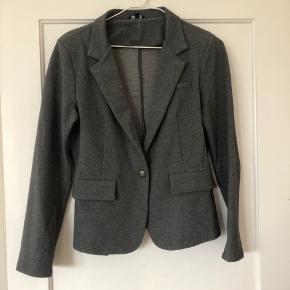 Fin jakke fra projekt unknown. Den fejler ingenting. Blød i stoffet.  Den siger str xl, men passer også helt ned til M