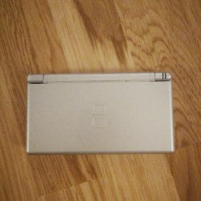 Grå Nintendo DS Lite. I fin stand, men har brugsspor og ridser. Oplader medfølger.