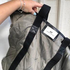 Grå day taske, fejler intet og der kan være en masse ting i den. Byd endelig!!