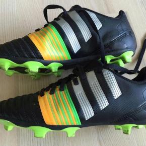 Varetype: Adidas fodboldsko Nitrocharge 4.0 str 38 UK 5. Farve: sort lime  Adidas fodboldsko Nitrocharge 4.0 str 38 UK 5.