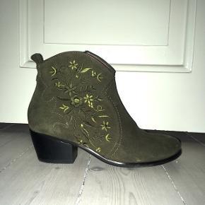 Rigtig fine støvler fra Wonders i grøn ruskind med broderi. Nypris er 1300 kr. Og de er kun brugt få gange