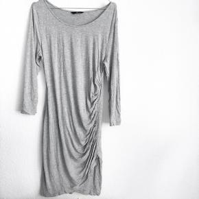 H&M kjole i grå med detalje ude i siden   størrelse: M   pris: 150 kr   Fragt: 37 kr