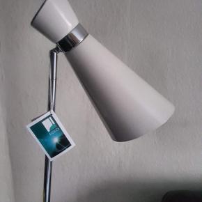 Moderne og stilren standerlampe fra Egil model Fido. Højde 149 cm. Den er lavet i hvid skinnende Krom. Jeg har 4 stk. Giv gerne et bud på flere. Sælges 350 pr stk. De er i Aalborg.