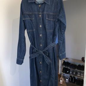 Sælger denne vanvittig fede denim kjole fra Envii med bindebånd. Den kan enten bruges som lang denim jakke eller kjole, med eller uden bånd.  Byd endelig🧡