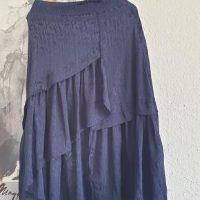Gestuz nederdel i mørkeblå. Rigitg fin.  Ny pris var: 999kr.  Kan sendes.