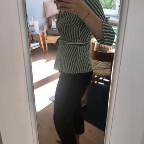 Slå-om bluse fra Vero Moda. Fremstår næsten som ny. Brugt og vasket få gange. Jeg bruger normalt medium, men large er passende i denne model.
