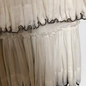 Smuk nederdel fra isabel marent sælges med  flot perlebesætning og bred elastik i talje. Brugt gå gange.  Køber betaler fragt og ts gebyr  Byd 🤩