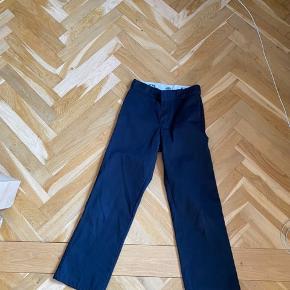 Dickies 874 Den højtaljede model med vige ben Strl 28x30 :) Ps når jeg skriver 'høj talje' mener jeg at de går mig til navlen:)