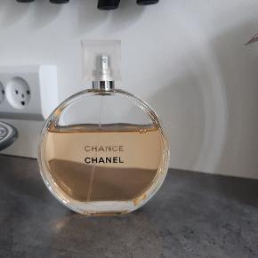 """Sælger resten af denne Chanel Chance parfume, da jeg ikke får den brugt. Den er købt sidste år for 1.499,- og under halvdelen er brugt. Det er den helt store på 150 ml, og det er eau de toilette spray..     Beskrivelse  En blomsteragtig duft i en rund flakon. Den er uforudsigelig og altid i bevægelse - CHANCE trækker dig med i en hvirvelvind af lykkefølelse og fantasi. Et duftmøde med lykken. Den kommer og går, men varer ikke evigt... og du har kun et par sekunder til at gribe den. Den er uforudsigelig og dukker op, når du mindst venter det. Men hvis du vil, er alt muligt. """"Jeg griber chancen, når den er der"""". Mademoiselle Chanel vidste, at hun var sin egen lykkes smed, en sindstilstand, en væremåde. En blomsterduft med en blanding af rosenpeber, jasmin og amber patchouli. En uforudsigelig, flygtig og foranderlig duft - skiftevis blomsteragtig, krydret, sensuel og indbydende. En eau de toilette i sprayform, der giver en fyldig, blid og generøs anvendelse på huden eller på tøjet.  Den praktiske og lette taskespray er nem at have med overalt, så du kan opfriske duften dagen igennem. Et komplet duftritual til badet og kroppen kan også anvendes til at forstærke duften."""