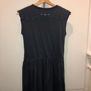 Fin mørkeblå sommer kjole fra zadig & voltaire.  Fine mynstre både bagpå og foran.