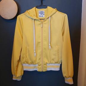 Gul zip-hoodie fra Baum & Pferdgarden. Brugt en del, så slidmærker på snoretræk (se sidste billede).