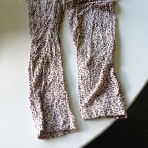 Let lækker sommeR buksedragt med elastic I taljen. Er multifarvet I lays rosa og lidt sort.